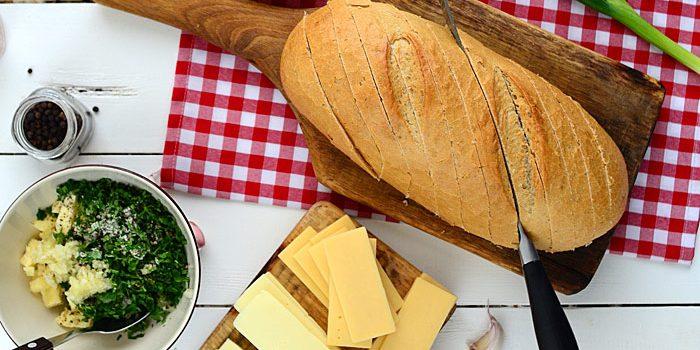 grillowany chleb z maslem czosnkiem serem i ziolami