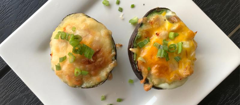 Jajko zapiekane w awokadoz szynką i serem